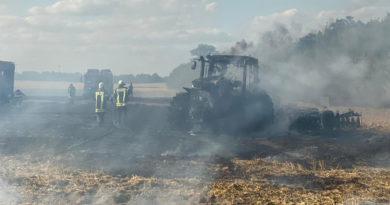 Traktor auf Feld an der B112 ausgebrannt