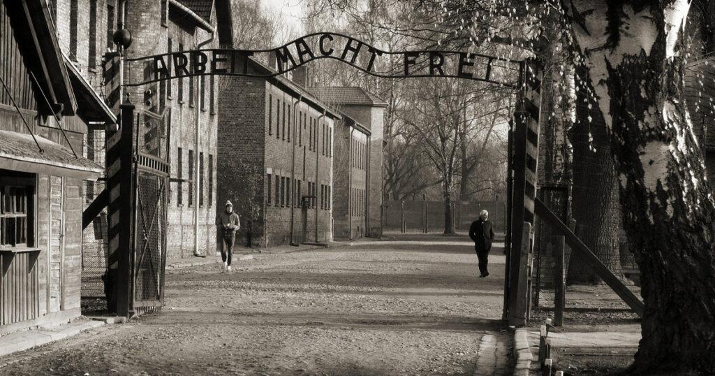 """""""Arbeit macht frei"""" - die zynische Toraufschrift am Konzentrationslager Auschwitz-Birkenau"""