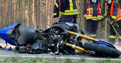 Motorradfahrer prallt frontal auf Auto